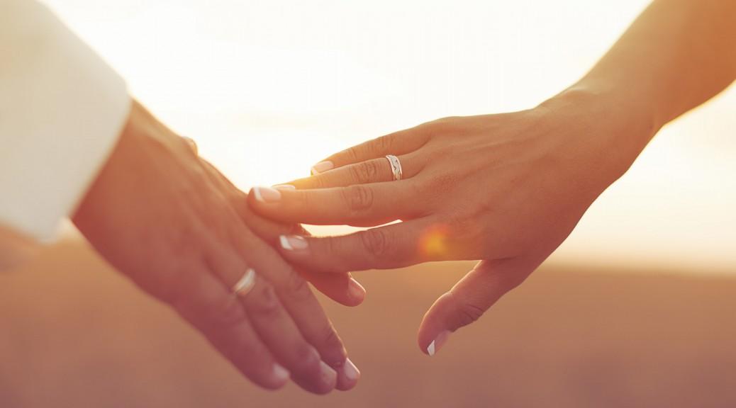 An welcher Hand trägt man die Eheringe?